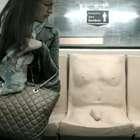 VIDEO: ¿Por qué colocaron un asiento con pene en el metro?