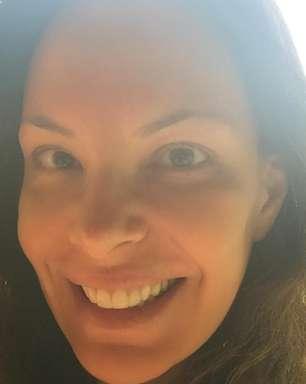 De cara lavada: Carolina Ferraz tira selfie sem maquiagem