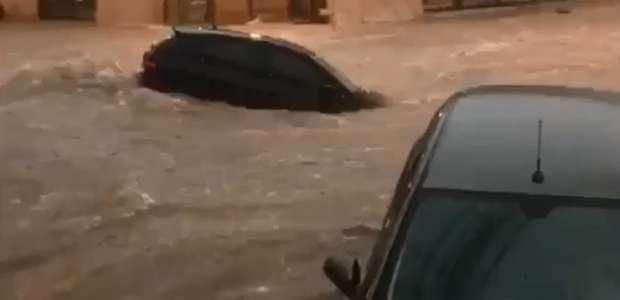 """Tempestade transforma ruas de BH em """"rios"""" e arrasta carros"""