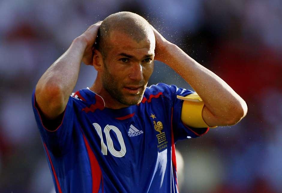 Partido francês pede que Benzema deixe seleção por não cantar o hino 240d9b5e6bf60