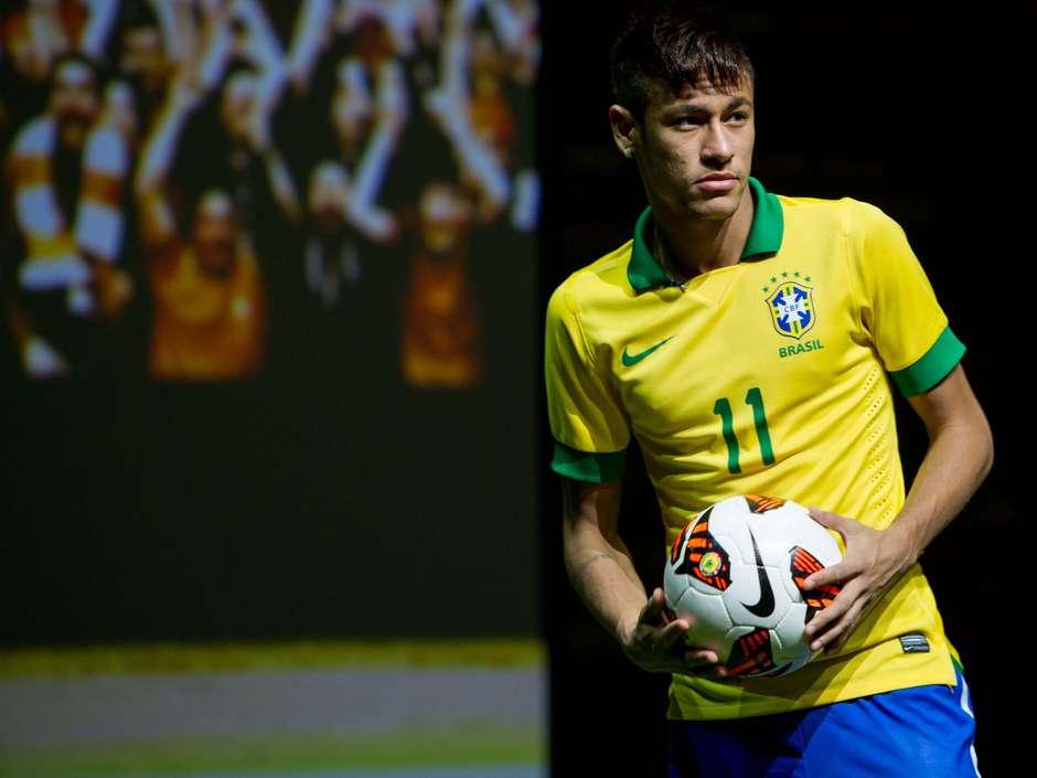 a3ccc0fa9aa87 Em evento no Rio, Neymar exibe uniformes da Seleção e nova chuteira