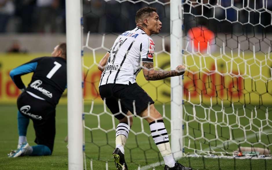 1adc3a86565 Guerrero pega Chapecoense perto de igualar marca de Ronaldo