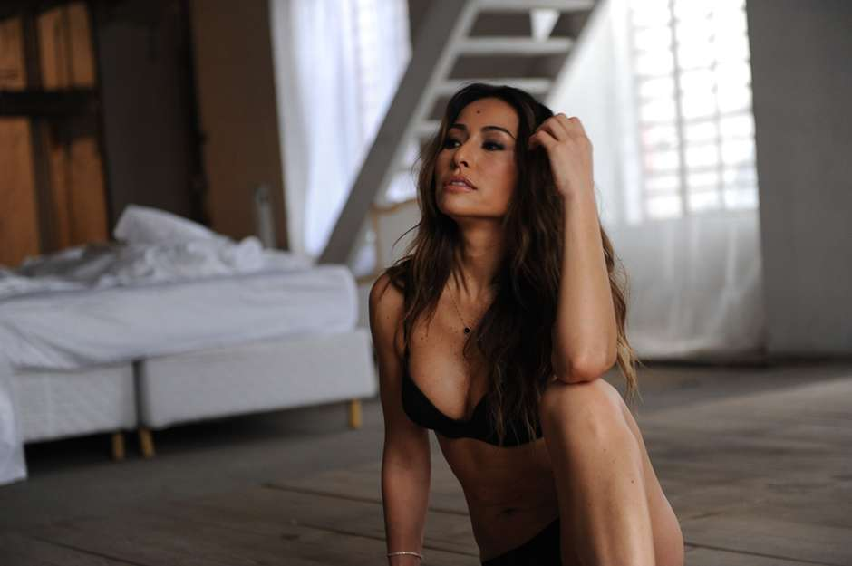 f5867ab20a131 De lingerie, Sabrina Sato posa para campanha de grife