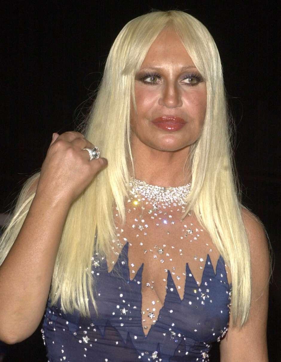 1e2c9fd39 Nada natural! Veja mudanças no rosto de Donatella Versace