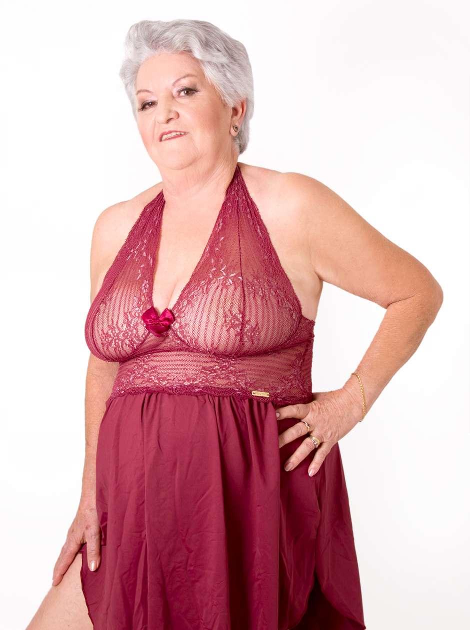 Senhoras plus size posam de lingerie para Dia dos Namorados 49dcfa47624