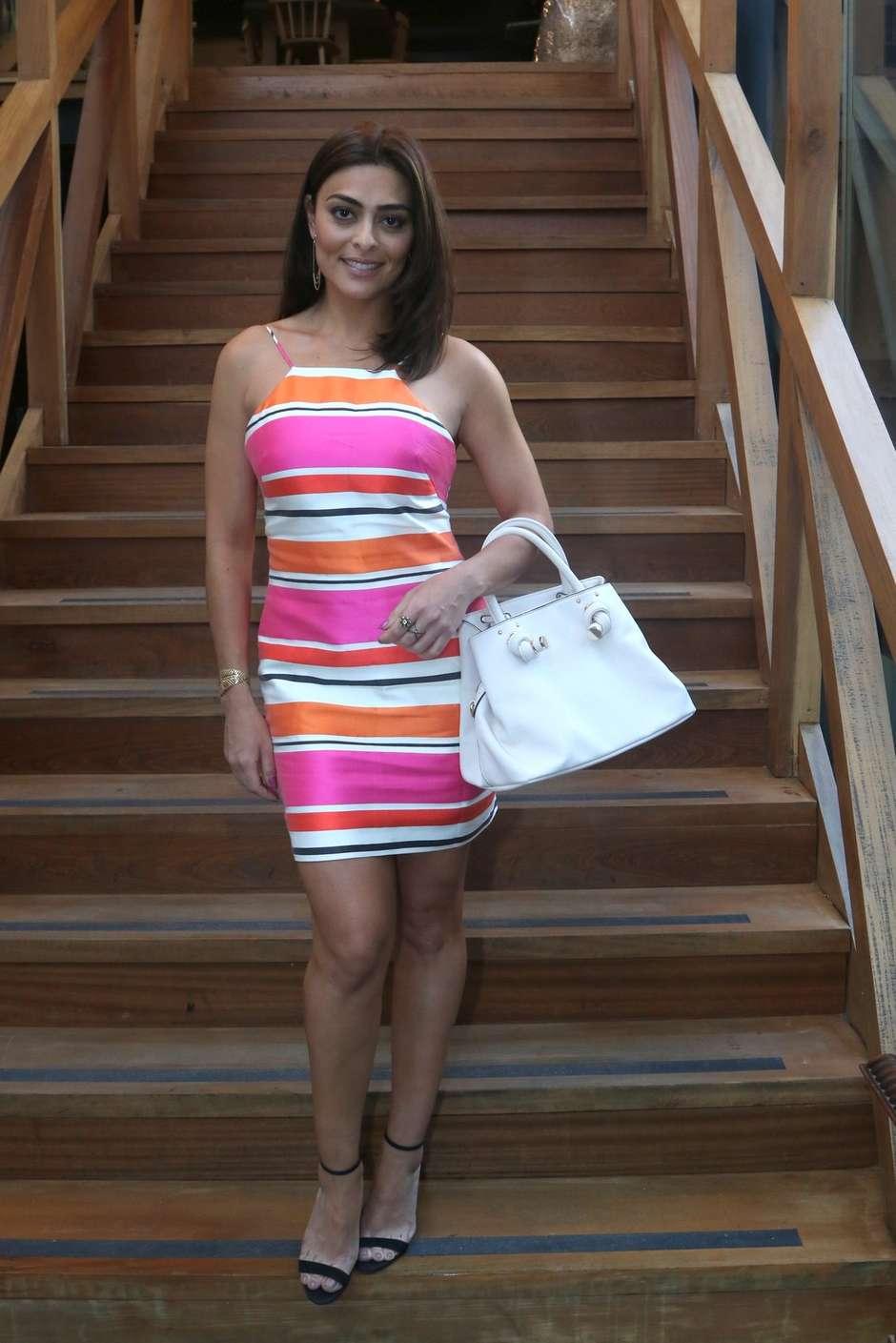 eacb8e4b59 Gafe ou fashion  Juliana Paes usa vestido curto e listrado