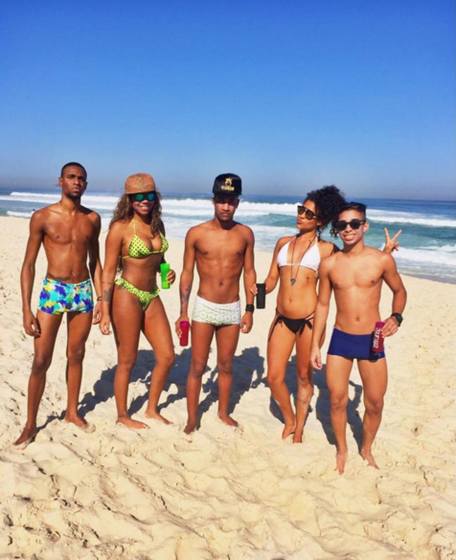 a4faf0519 MC Ludmilla posta foto de biquíni em praia do Rio de Janeiro