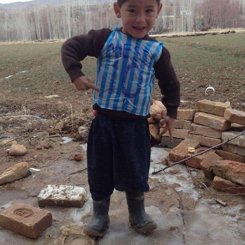21c84d26fb Criança afegã fotografada com camisa de Messi improvisada conhecerá ídolo