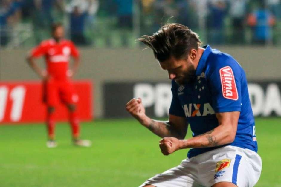 0c96dd8ea6 Sóbis celebra hat-trick em cima do Inter