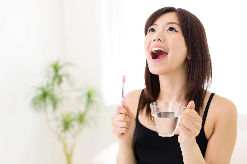 Beber água de manhã reduz 60% das causas da halitose matinal