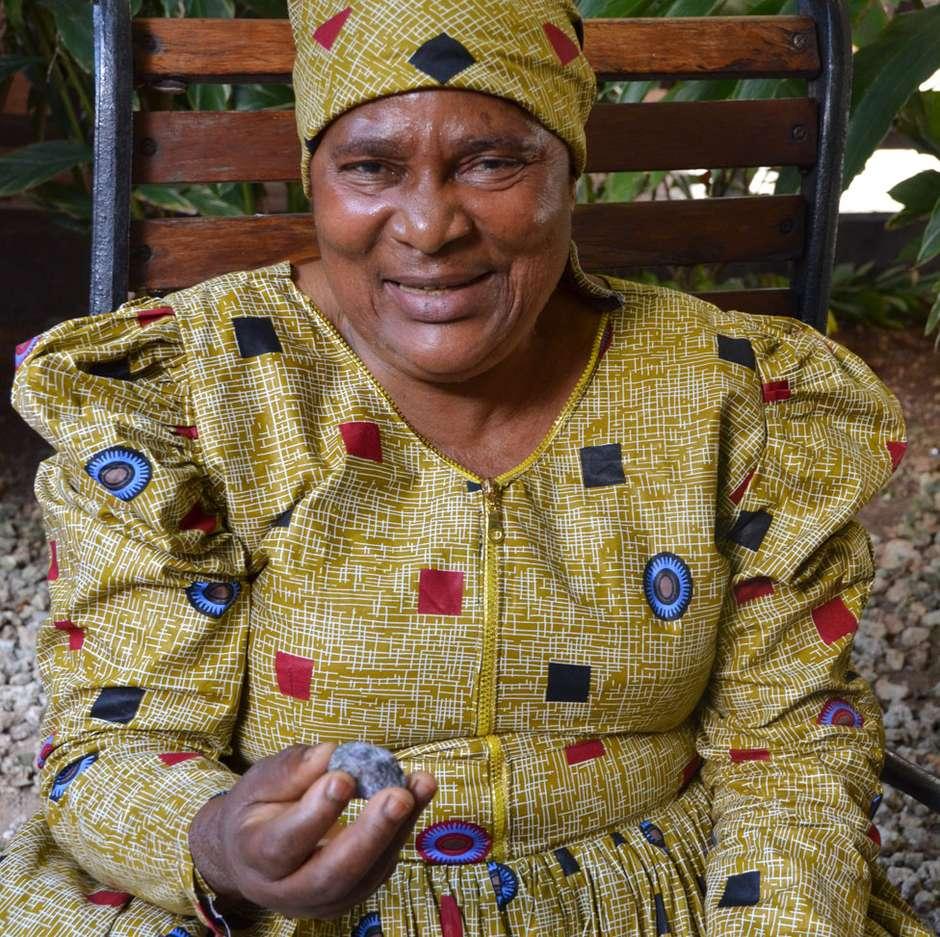 Vestida de homem, Pili Hussein trabalhou por quase dez anos em uma mina de tanzanita sem ser reconhecida