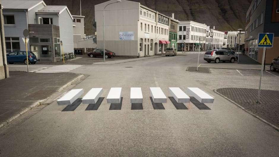 Faixa foi pintada de forma que parece flutuar sobre o asfalto / Foto: Gusti Productions