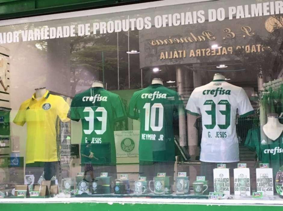 07f3b3cb12535 Loja em frente à arena vende camisa do Palmeiras com nome de Neymar