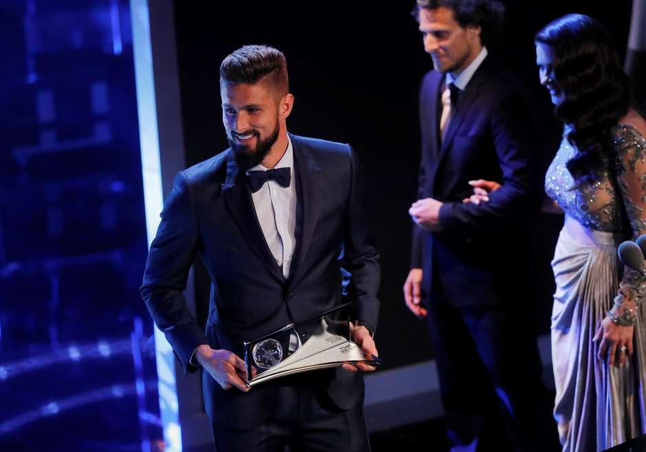 2bb4a2edd8 The Best Fifa  Olivier Giroud leva o Prêmio Puskas