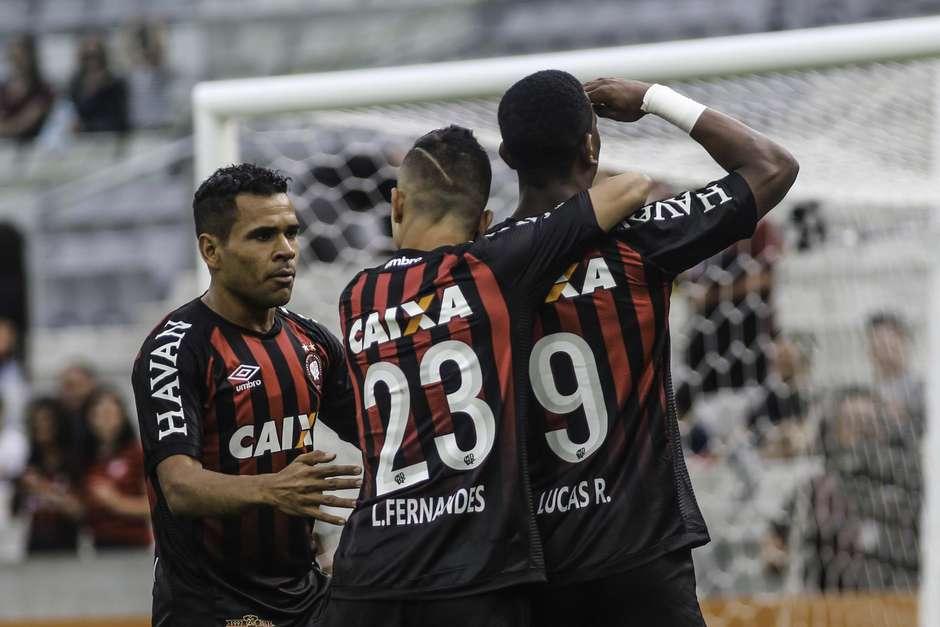 Campeonato Brasileiro  Atlético-PR 3 x 0 Palmeiras 26a3c61037543