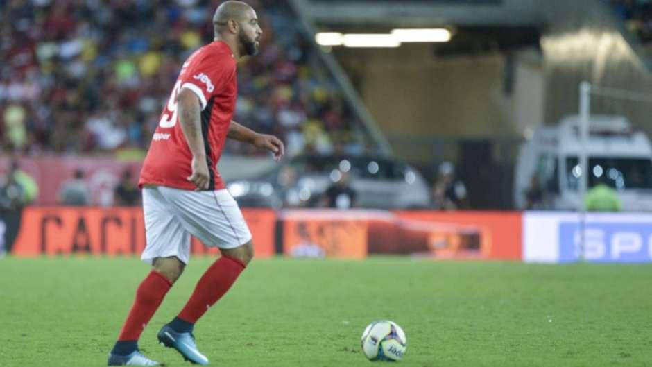 Buscando volta por cima, Adriano irá se reunir com diretoria do Flamengo
