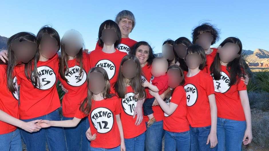 Mantinham os 13 filhos acorrentados