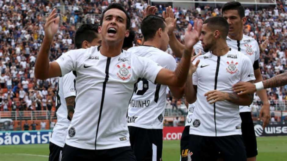 No clássico disputado no Pacaembu, o Corinthians derrotou o São Paulo por 2 a 1.