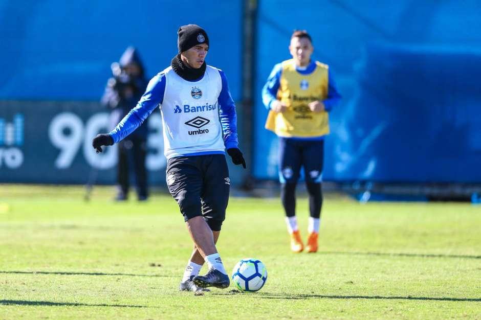 Jael e Léo Moura treinam e podem reforçar o Grêmio no jogo contra o  América-MG eed4f2e284bdb