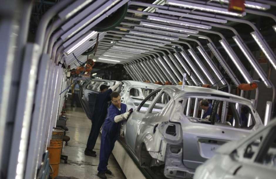 Resultado de imagem para Crise argentina reduz produção de carros no Brasil