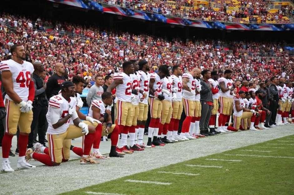 fc2d7e45d3 Trump retoma ataques a jogadores da NFL por se ajoelharem durante o hino  nacional