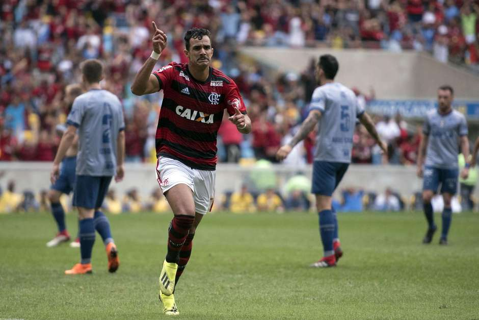Flamengo bate o Cruzeiro e continua perto da liderança fa24a24149f56