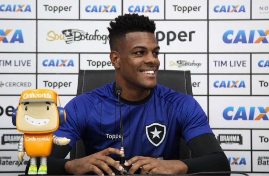 Saulo destaca evolução no Botafogo e crava titularidade contra o Ceará 9e6084e495e14