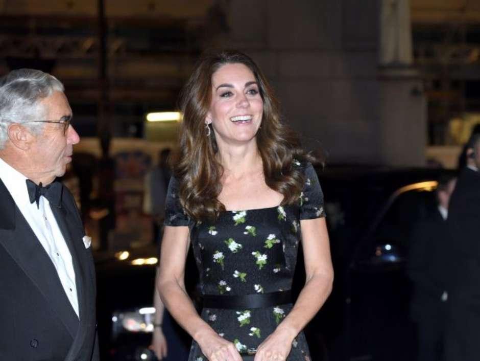 a2c2eb3a4 É chique repetir! Kate Middleton customiza vestido McQueen usado em 2017