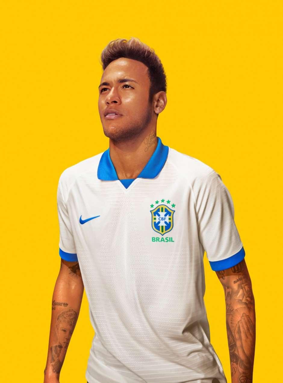 82b721d40d Com camisa branca e Vinicius Jr de modelo, CBF apresenta uniformes para Copa  América