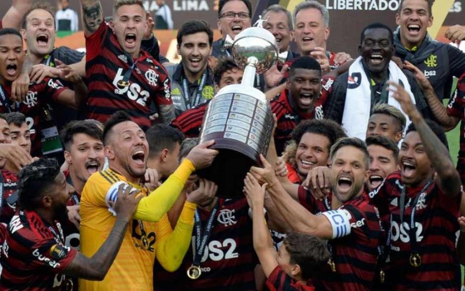 Torcedores do Flamengo celebram e recordam com reprise, a final da Libertadores de 2019