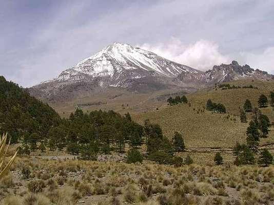 Se le conoce también como Citlaltépetl (que significa 'Monte de la estrella'). Es un volcán ubicado en los límites que forman Puebla y Veracruz. Su altura de 5 mil 610 metros sobre el nivel del mar lo hacen el más alto de México. De ahí que su cima siempre esté cubierta por nieve. La superficie del cráter de este gigante es de 154 mil 830 metros cuadrados. Déjate asombrar por el Pico de Orizaba.