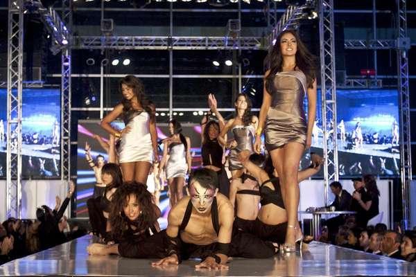 La elección y coronación de la Señorita Bogotá 2011 se realizó en el Complejo Acuático, donde un grupo de baile fue el encargado de abrir la velada, mientras que las candidatas hicieron su primera aparición en la tarima.