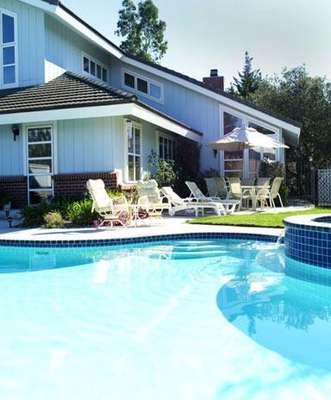 Un chapuzón, ¡qué placer, cuando el calor aprieta! Tener una piscina en casa permite realizar ejercicio diario con uno de los deportes más completos, la natación. No lo dude, tiene formas y tamaños para elegir.