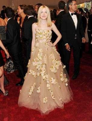 """DAKOTA FANNING. Las nuevas estrellas de Hollywood han empezado a marcar una tendencia de estilo y a transmitir a través de sus """"looks"""" su personalidad. Lo cierto es que cada una ha dado de que hablar por sus vestuarios, algunas destacadas por su buena elección y otras por sus desaciertos y extravagantes prendas."""