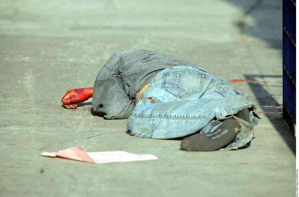 01-enero-2012.- Ejecutado en Toluca. Un hombre de entre 30 y 35 años de edad al que le cortaron el cuello fue encontrado muerto en la calle República de Belice de la capital mexiquense.