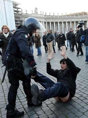 Una veintena de indignados protestó en la plaza de San Pedro del Vaticano.