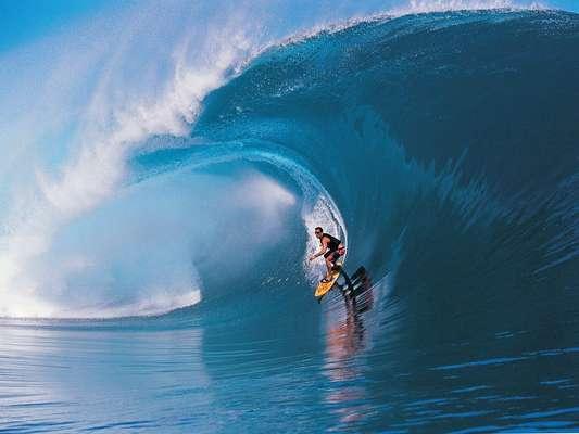 La historia mítica que cuenta donde se inició el surf tiene varias versiones y una de las más populares indica que su práctica comenzó en la Polinesia. Más de 500 años después, consagrado como el deporte de agua más popular en la tierra, hoy se practica en todo el mundo. Aquí te damos una lista de las mejores playas.