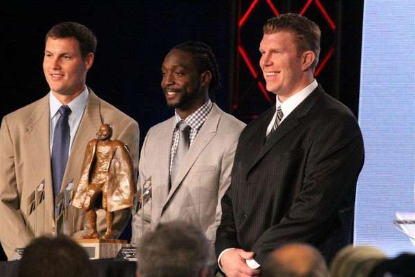 Phillip Rivers, Charles Tillman y Matt Birk fueron galardonados con el Walter Payton NFL Man of the Year Award