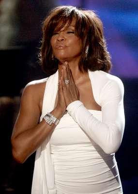 La cantante estadounidense Whitney Houston falleció a los 48 de edad, informó su representante, el publicista Kristen Foster.