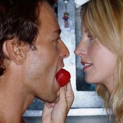 Hay alimentos que benefician nuestro rendimiento sexual, aumentan el flujo de sangre al área genital, promueven la autoconfianza, disminuyen las inhibiciones o contribuyen a la secreción de hormonas sexuales como la testosterona. ¡Conoce cuáles son estos alimentos e inclúyelos en una cena romántica con tu pareja!