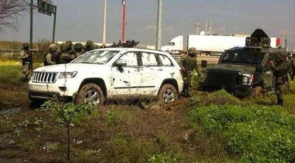01-marzo-2012.- Imagen de algunos de los vehículos abandonados en la zona donde viajaban algunos de los trece presuntos delincuentes que murieron durante un tiroteo con soldados mexicanos y agentes policiales registrado en Nuevo Laredo, Tamaulipas.