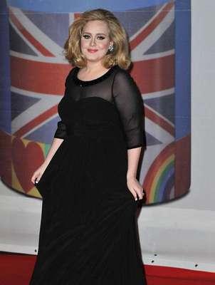 """El mes pasado el peso de Adele se convirtió en un tema polémico después de que el diseñador Karl Lagerfeld dijera en público que estaba """"un poco gordita"""". A raíz de esas declaraciones, la cantante expresó que no se deja llevar por presiones externas para mejorar su figura."""