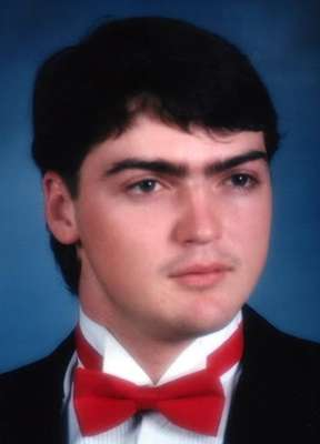 """Un grupo de cirujanos de la Universidad de Maryland (EE.UU.) asegura haber realizado el trasplante de cara """"más completo"""" de la historia a Richard Lee Norris, un hombre de 37 años de edad que vivió 15 de ellos con una máscara tras sufrir un accidente con un arma de fuego que le desfiguró el rostro."""