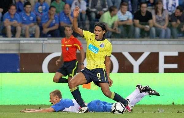 Radamel Falcao García es el máximo anotador en el Europa League de todos los tiempos con 17 tantos que consiguió en la temporada 2010/2011 con el Porto. Su camino el récord comenzó en la fase preeliminar donde marcó de penalti ante el Genk de visitante el 19 de agosto de 2010