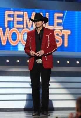 2 de Abril del 2012 - Ashton Kutcher de botas y sombrero en los ACM Awards. ¿Les gusta?