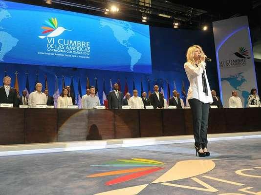 La VI Cumbre de las Américas comenzó este sábado en Cartagena de Indias con pocas pero marcadas ausencias de presidentes y una nota de color: la interpretación del himno nacional por la cantante Shakira.