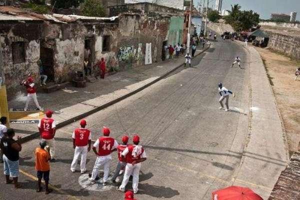 Cartageneros de todas las edades se reúnen alrededor de un diamante que ocupa toda la vía para celebrar un inusual campeonato de béisbol entre las 9:00 de la mañana y 6:00 de la tarde.