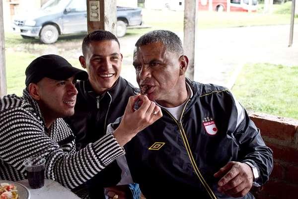 El ambiente y familiaridad entre los jugadores de Independiente Santa Fe es el mejor, comparten uno que otro asado en la semana, validando y recordándose entre ellos siempre los objetivos que tiene el equipo, tanto en Liga como Copa Postobón. Actualmente los rojos son segundos con 21 puntos en la tabla de posiciones y se preparan para el juego del próximo miércoles 25 de abril contra Atlético Nacional.