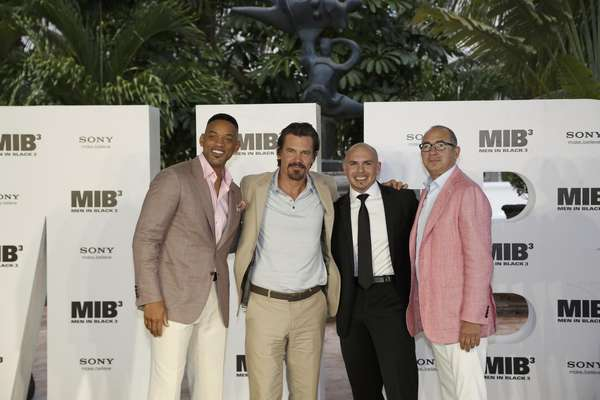 Will Smith, Josh Brolin, Pitbull y el director de la película Barry Sonnenfeld en la presentación de 'MIB 3' en Cancún, Mexico.