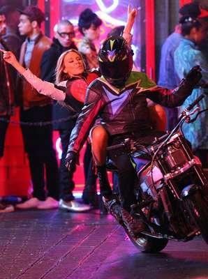 La cantante Kylie Minogue optó por aparecer con una actitud jovial en la grabación de su nuevo videoclip.